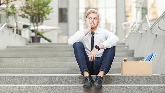Homme qui réfléchit, assis sur des marches