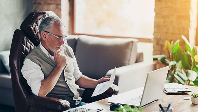 Un homme âgé devant son ordinateur