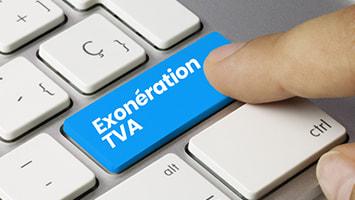 """Un index sur le bouton d'un clavier d'ordinateur où est inscrit """"exonération TVA"""""""